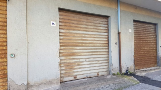 Box posti auto garage per due macchine in affitto for Ampio garage per auto
